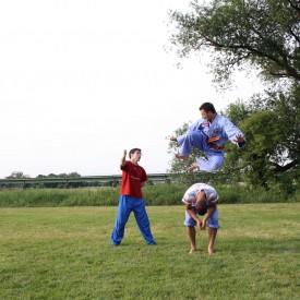 Springen, Kicken, Landen - Kraft, Koordination und Ausdauer.